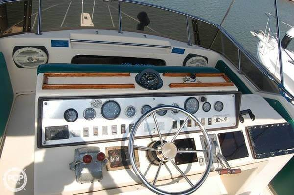 1984 Chris Craft boat for sale, model of the boat is 315 Commander Sport Fish & Image # 7 of 40