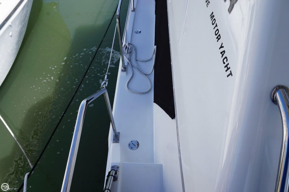 1998 Carver 355 Motor Yacht Aft Cabin - image 16