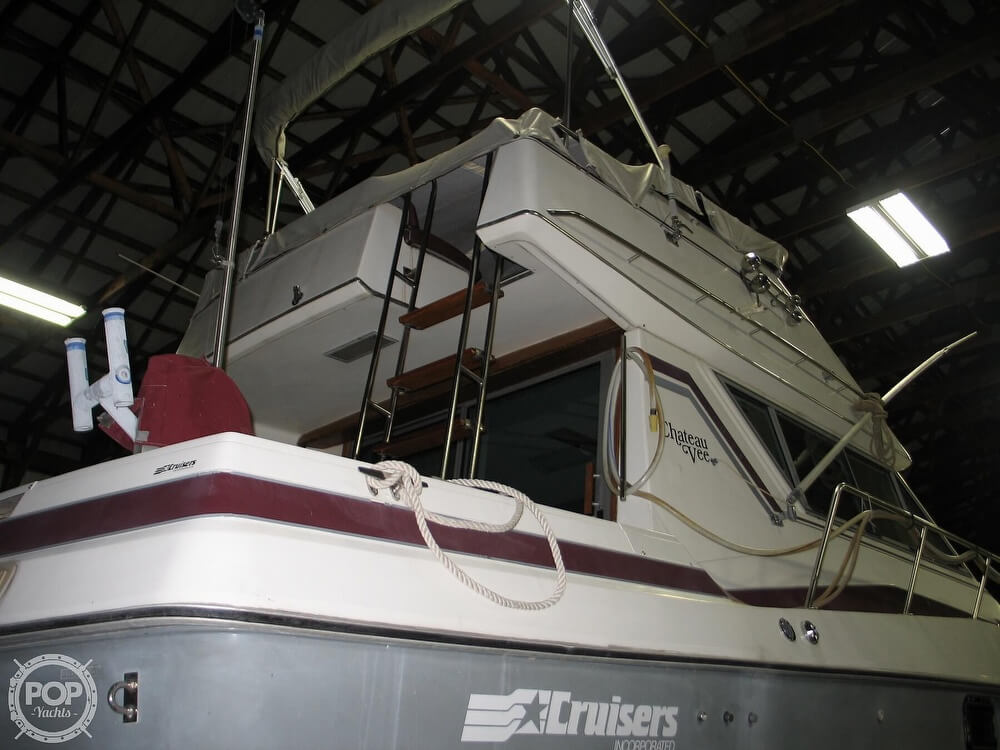 1986 Cruisers Yachts boat for sale, model of the boat is Chateau Vee 338 & Image # 33 of 40