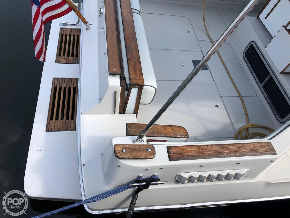 1986 Sea Ray boat for sale, model of the boat is 270 Sundancer & Image # 18 of 40