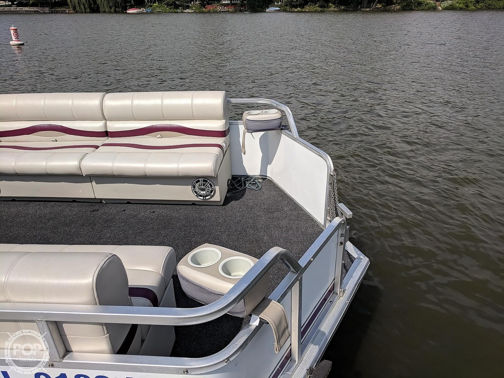 1997 Sun Tracker boat for sale, model of the boat is Party Hut 30 & Image # 18 of 41