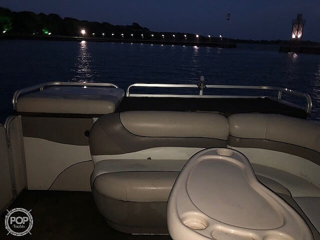 2001 Sun Tracker boat for sale, model of the boat is 27 Party Barge & Image # 9 of 33