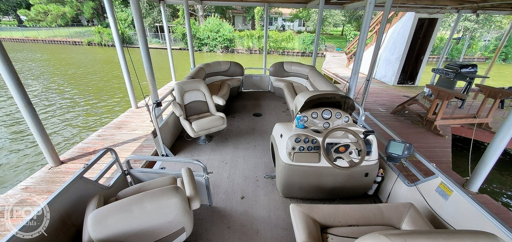 2001 Sun Tracker boat for sale, model of the boat is 27 Party Barge & Image # 29 of 40
