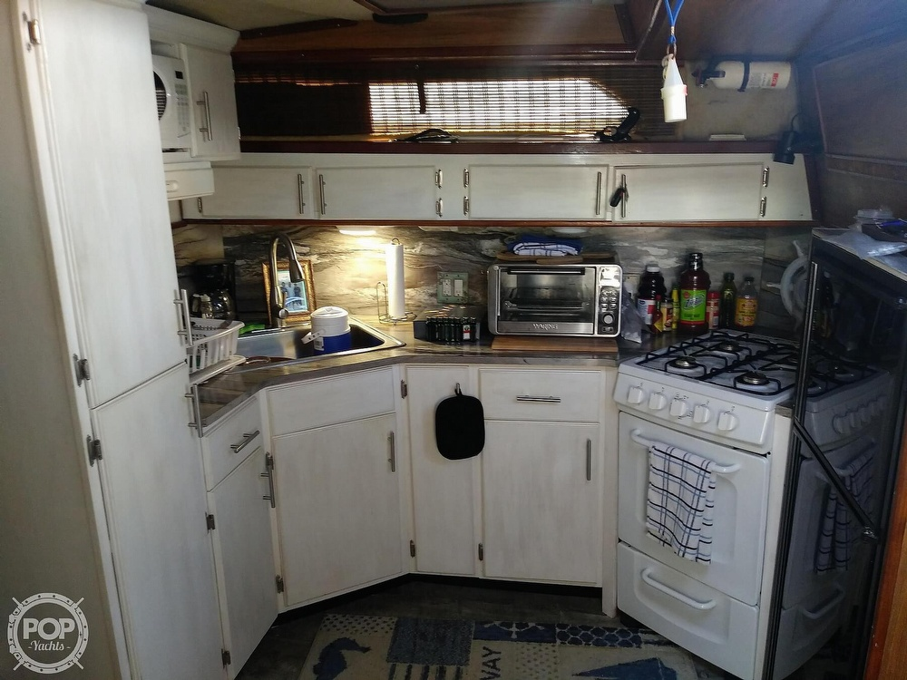 1985 Sea Ray boat for sale, model of the boat is 390 Express Cruiser & Image # 37 of 40