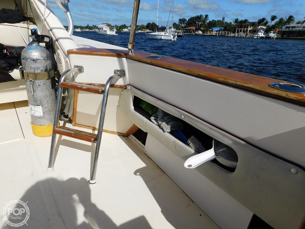 1985 Sea Ray boat for sale, model of the boat is 390 Express Cruiser & Image # 24 of 40