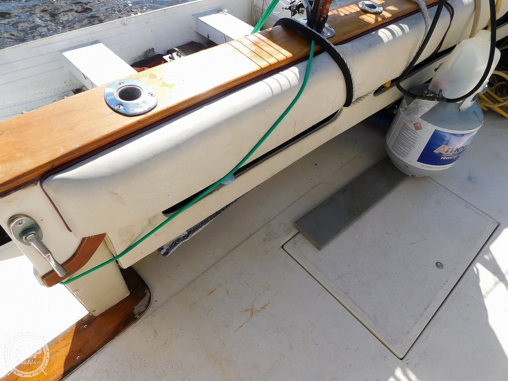 1985 Sea Ray boat for sale, model of the boat is 390 Express Cruiser & Image # 25 of 40