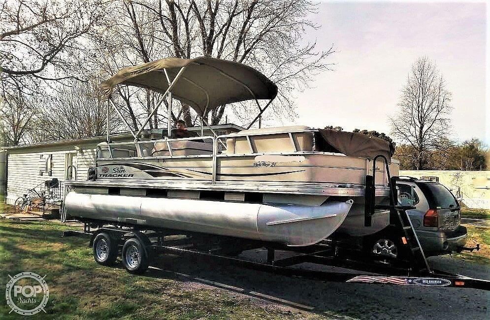 2006 Sun Tracker boat for sale, model of the boat is Party Barge 21 Signature Series & Image # 9 of 11