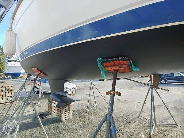 2001 Hunter boat for sale, model of the boat is 340 & Image # 2 of 17