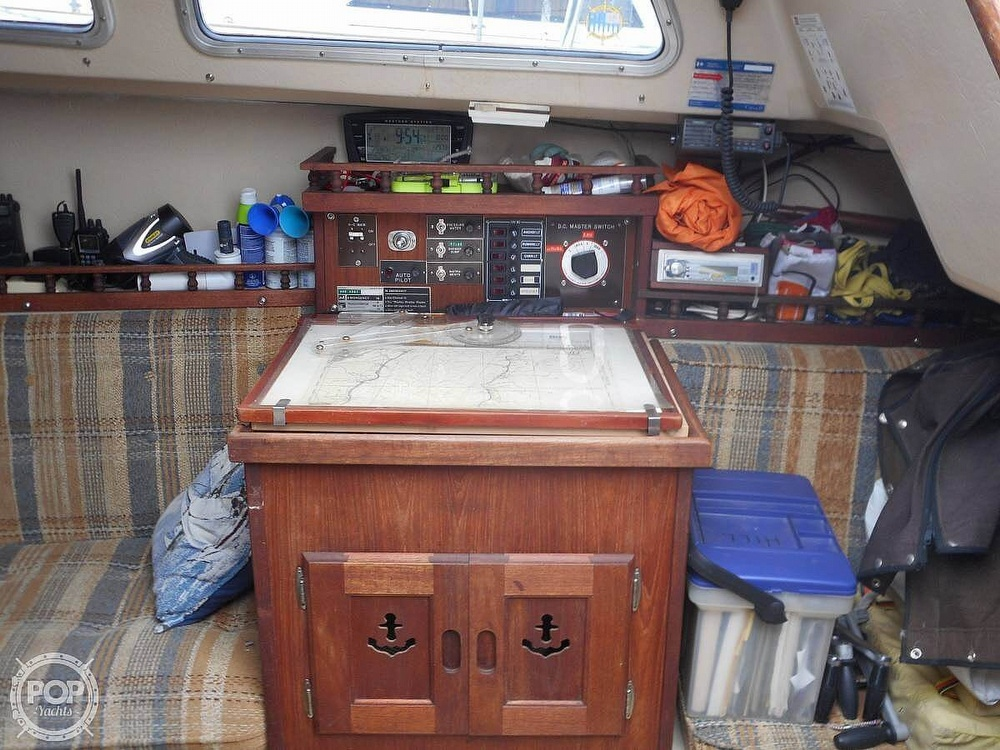 1982 Catalina Yachts boat for sale, model of the boat is 30 & Image # 10 of 15
