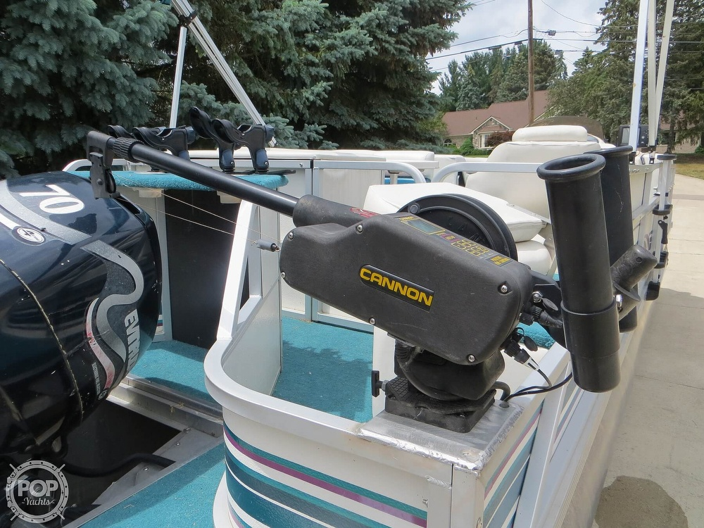 2000 Manitou boat for sale, model of the boat is 24 & Image # 19 of 40
