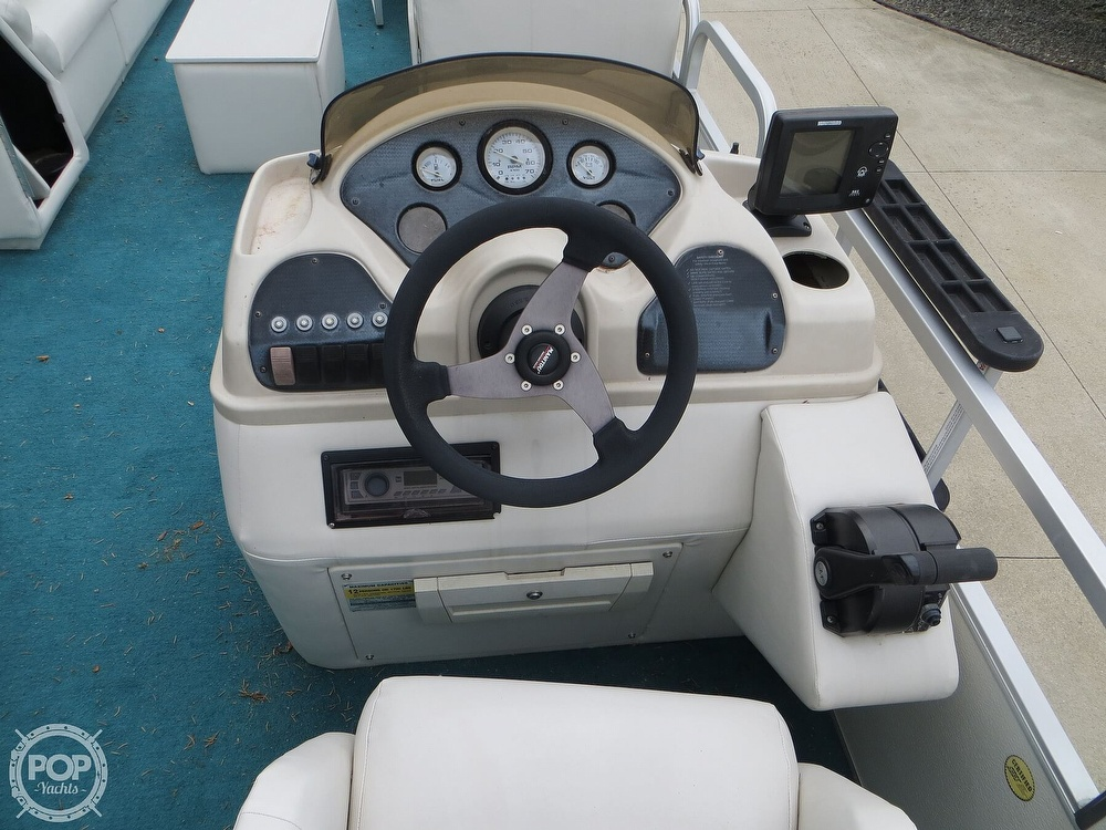 2000 Manitou boat for sale, model of the boat is 24 & Image # 33 of 40