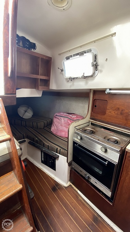 1982 Hunter boat for sale, model of the boat is 33 & Image # 21 of 40