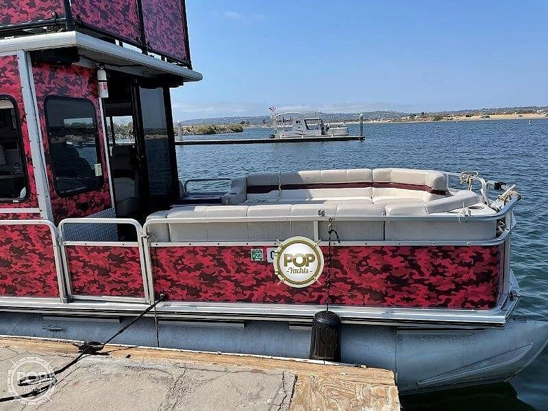 2000 Sun Tracker boat for sale, model of the boat is Party Cruiser 32 & Image # 12 of 40