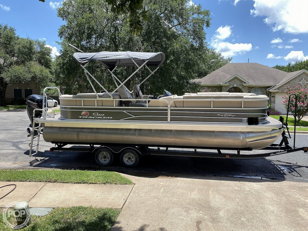2019 Sun Tracker boat for sale, model of the boat is 24 DLX Party Barge & Image # 2 of 40