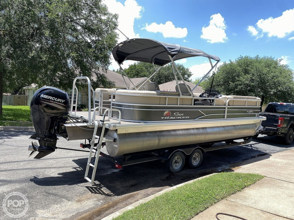 2019 Sun Tracker boat for sale, model of the boat is 24 DLX Party Barge & Image # 3 of 40