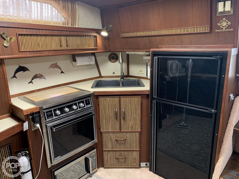 1986 Sea Ray boat for sale, model of the boat is 390 Express & Image # 25 of 40