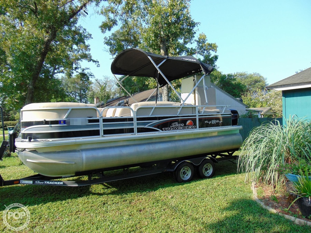 2015 Sun Tracker boat for sale, model of the boat is 22 DLX Party Barge & Image # 9 of 40