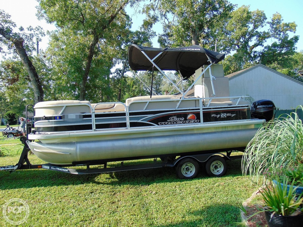 2015 Sun Tracker boat for sale, model of the boat is 22 DLX Party Barge & Image # 10 of 40