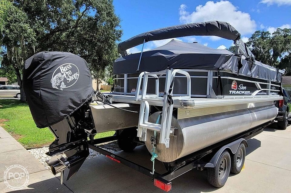 2018 Sun Tracker boat for sale, model of the boat is 20 DlX Party Barge & Image # 9 of 40