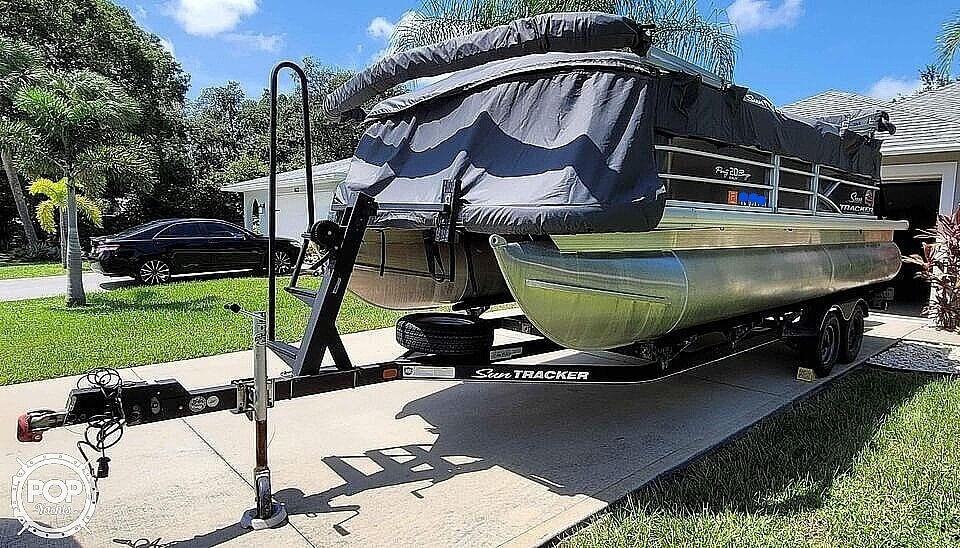 2018 Sun Tracker boat for sale, model of the boat is 20 DlX Party Barge & Image # 3 of 40