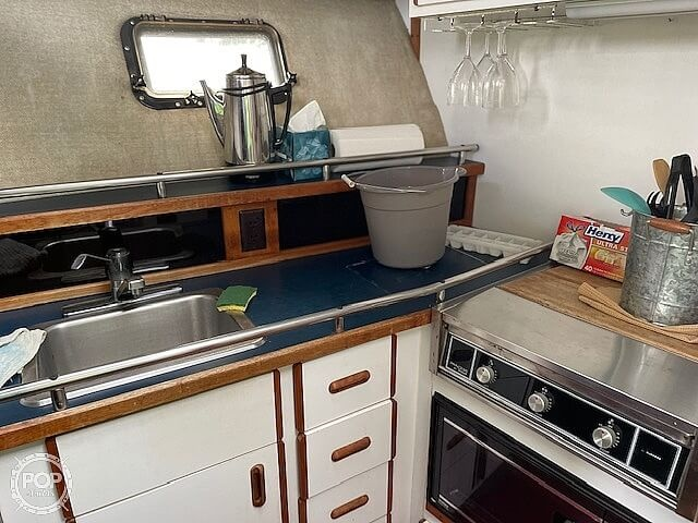 1986 Carver boat for sale, model of the boat is 3207 & Image # 6 of 12