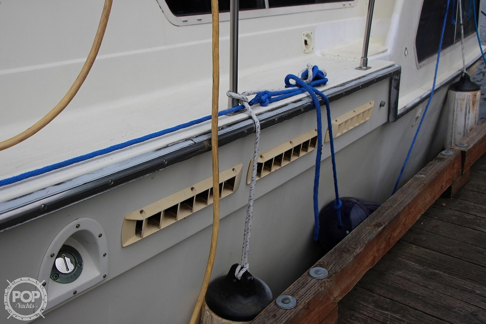 1986 Tollycraft boat for sale, model of the boat is 34 Sundeck tri cabin & Image # 10 of 40