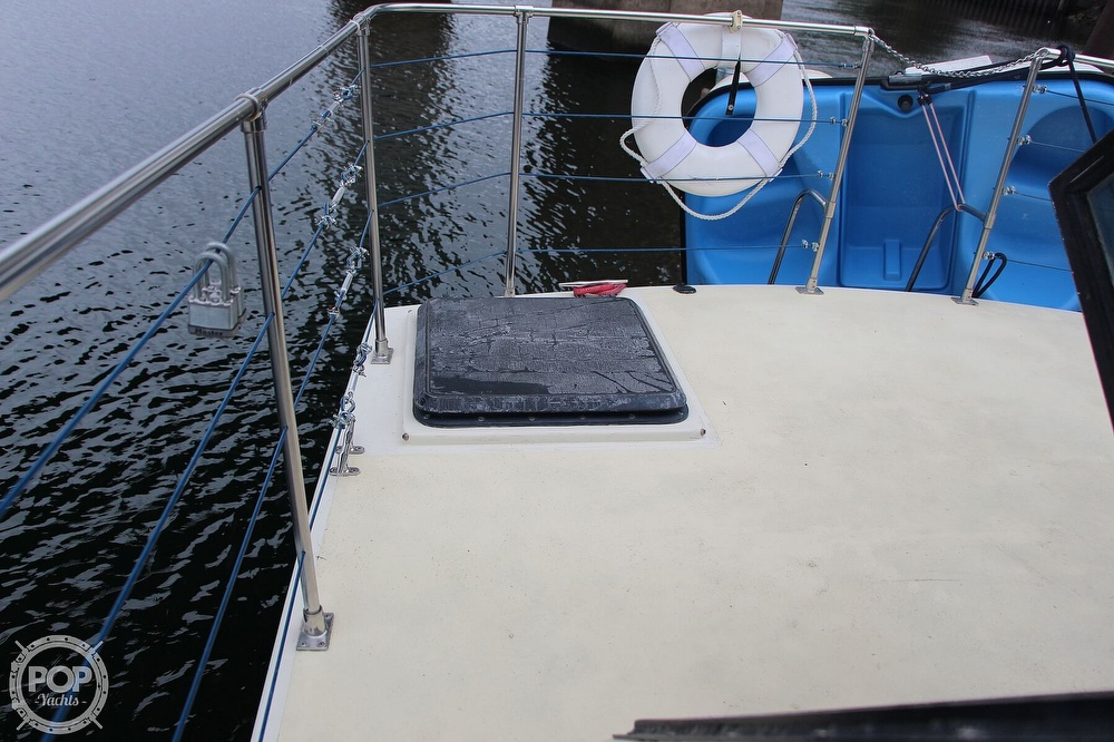1986 Tollycraft boat for sale, model of the boat is 34 Sundeck tri cabin & Image # 25 of 40