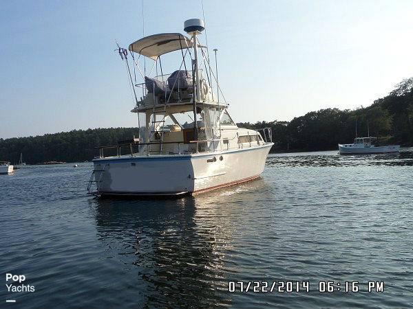 1971 Hatteras boat for sale, model of the boat is 31 Flybridge Cruiser & Image # 16 of 40