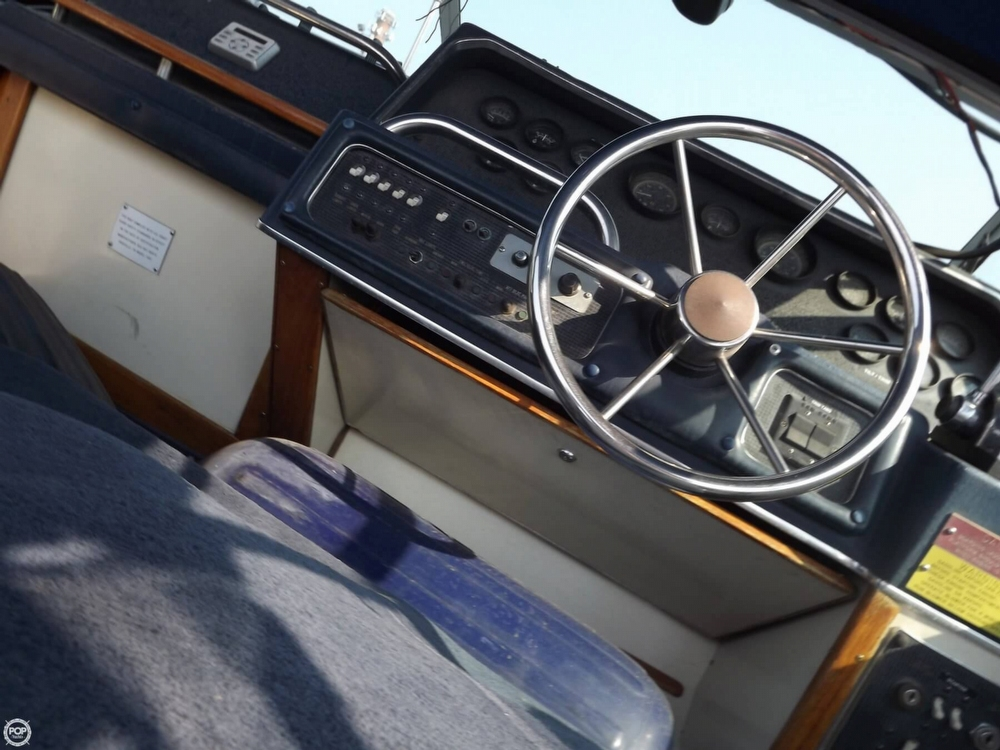 1986 Sea Ray 300 Express Cruiser - Photo #40